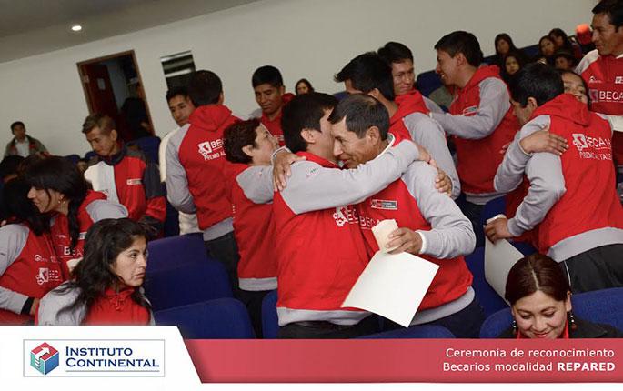 Estudiantes de Continental recibieron constancias y participaron en ceremonia de la luz.