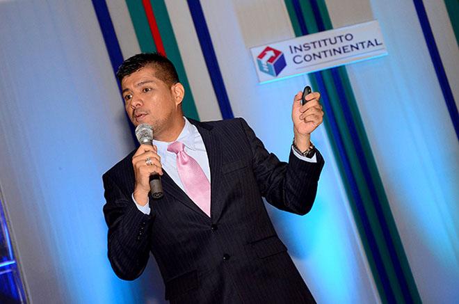 Especialista en marketing explica proceso de customización en jornada de Instituto Continental